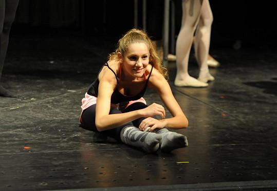 Balet miluje a věnuje se mu, takže je pružná.