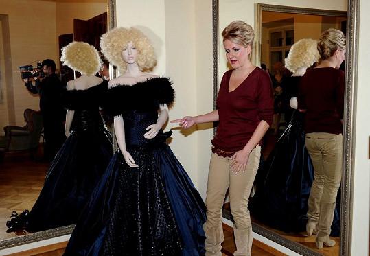 Honosné šaty mají hodnotu skoro sedmi miliónů korun.