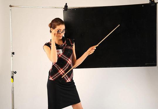 Denisa jako přísná učitelka.