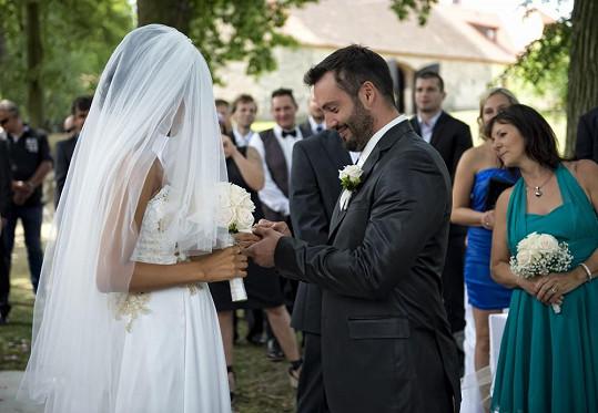 A je to tady: ženich nevěstě navléká snubák.