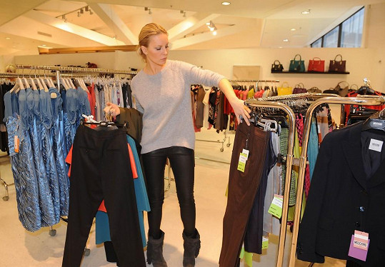 Simona klidně nakupuje oblečení ze starších kolekcí.