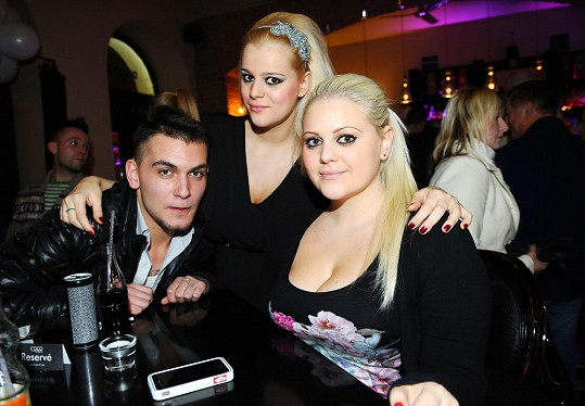 Charlotte se sestrou Ornellou a přítelem Michalem