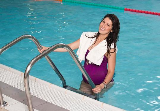 Česká r'n'b diva cvičí v bazénu.