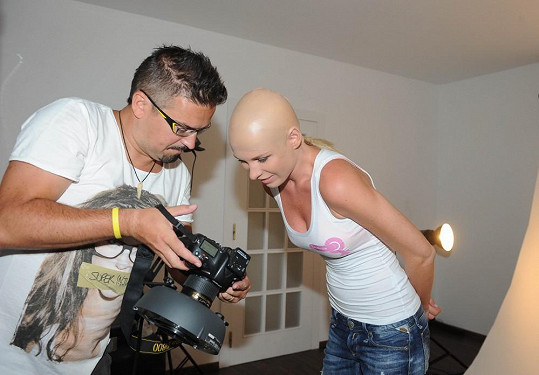 Modelka kontroluje hrubé snímky fotografa Jana Tůmy.
