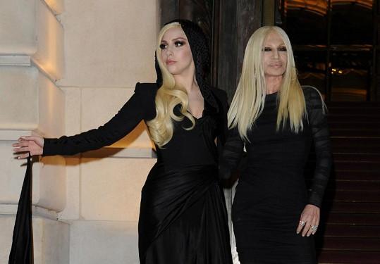 Lady Gaga by měl vzhled Donatelly Versace varovat.