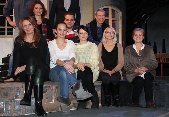 Marta s kolegy, s nimiž bude hrát v muzikálu Děvčátko v metropolitním divadle Studio DVA.