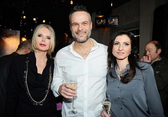 Jaro Slávik s manželkou a majitelkou baru.