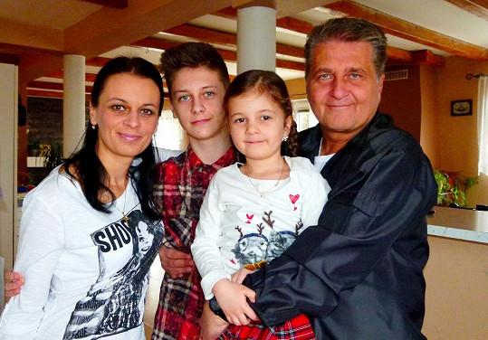 Je pyšný na svou krásnou rodinu.
