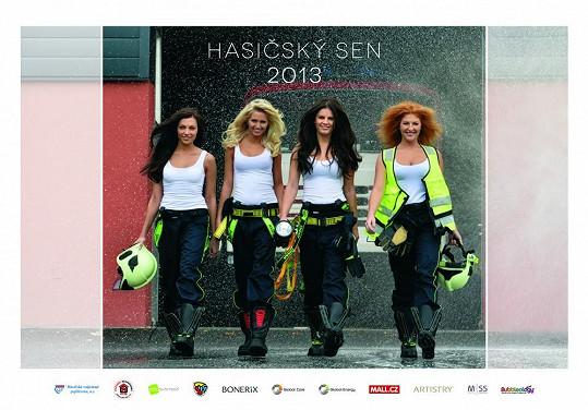 Čtyři nejkrásnější hasičky letošního roku nafotily společně kalendář.
