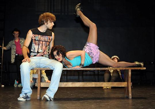 Markéta (na snímku s Romanem Tomešem) při taneční scéně.