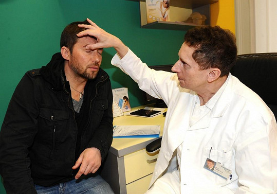 Plastický chirurg kontroluje oční víčka Bořka.