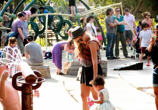 Zpěvačka zašla s dcerkou na dětské hřiště.