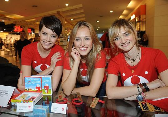 Gabriela Kratochvílová, Klára Nademlýnská a Renata Langmannová se s úsměvem postavily za prodejní pult dočasného obchodu a nabízely návštěvníkům nákupního centra designové produkty, jejichž výtěžek putuje na konto Nadace Terezy Maxové.