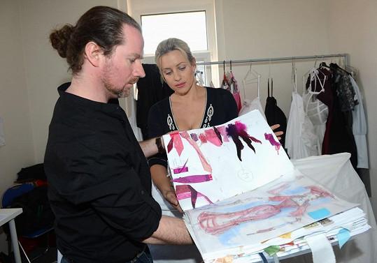 Tereza si prohlížela návrhy, které pro její postavu vytvořil kostýmní návrhář Roman Šolc.