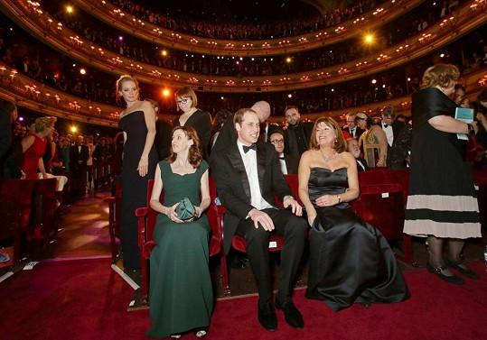 Vévoda z Cambridge byl usazen k pódiu, aby mohl v průběhu večera Helen Mirren předat cenu za celoživotní přínos filmu.