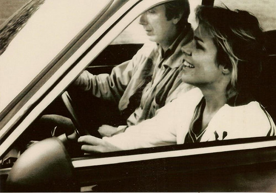 Dagmar Havlová za volantem vozu, který přejíždí Frantu Kocourka.
