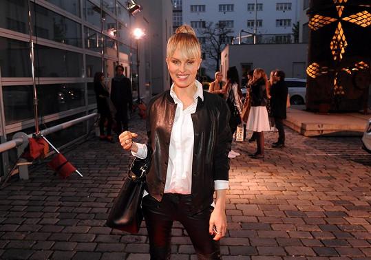 Krainová dorazila na akci Mercedes-Benz Prague Fashion Weekend 2014 Teaser do galerie DOX přímo z focení pro dámský magazín.