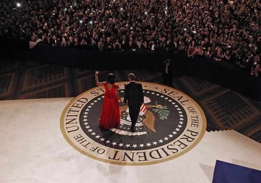 Manželé Obamovi zdraví své příznivce.