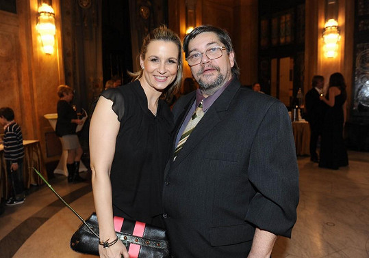 S léčitelem Ivety Bartošové, Janem Saavedrou, který televizi řídí.