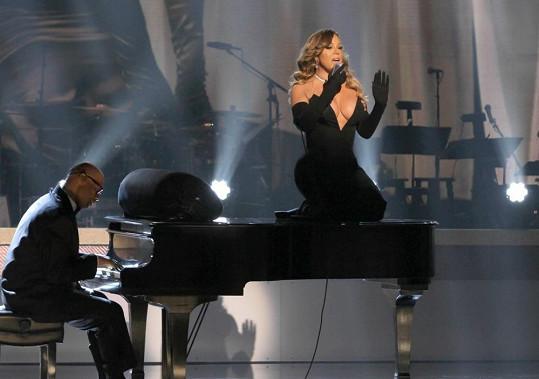 Mariah se během představení vydrápala na piáno.