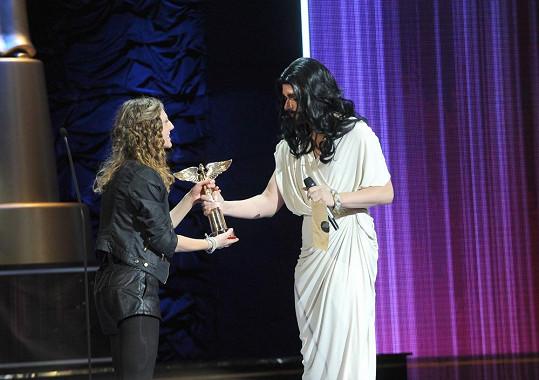 Conchita Buřt předává cenu objevu roku Lenny.