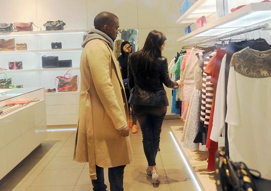 V obchodě ji ochotně asistoval manžel.