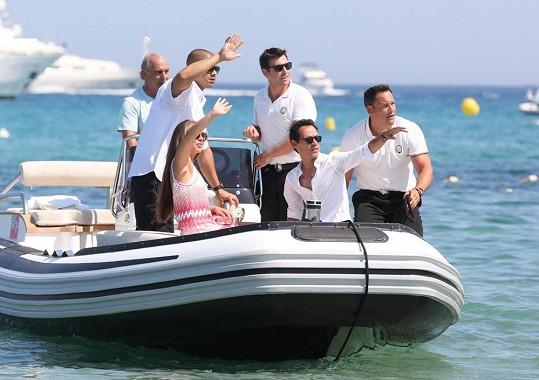 Skupinka se člunem dopravila na luxusní jachtu, kde již měli své soukromí.