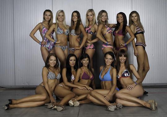O titul soupeřilo dvanáct krásných modelek.