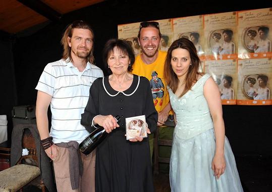 Na tiskovce se pokřtilo stejnojmenné cd. S Anetou a Martou na fotce také Petr Čadek, který má na starost choreografii a režisér Pavel Ondruch.
