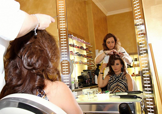 Dana v rukou kadeřnice.