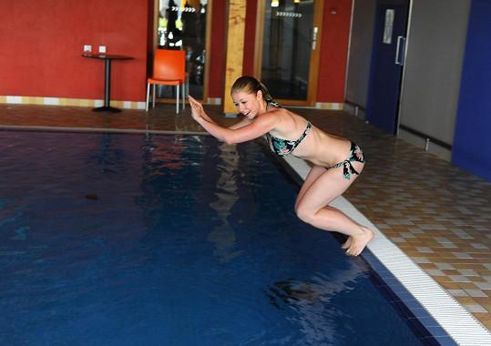 Pak ale v plavkách skočila do bazénu.