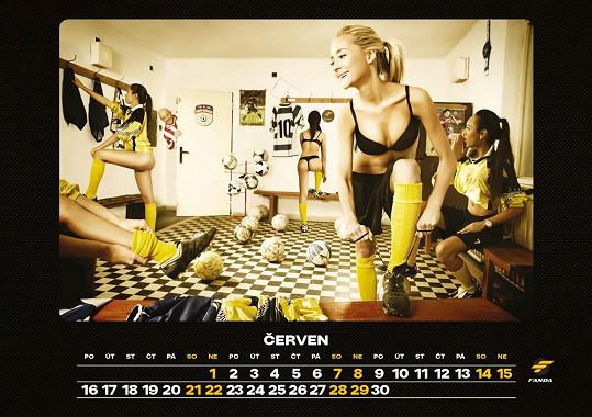 V pokřtěném kalendáři, který ztělesňuje mužský svět, se to jen hemží sexy kráskami...