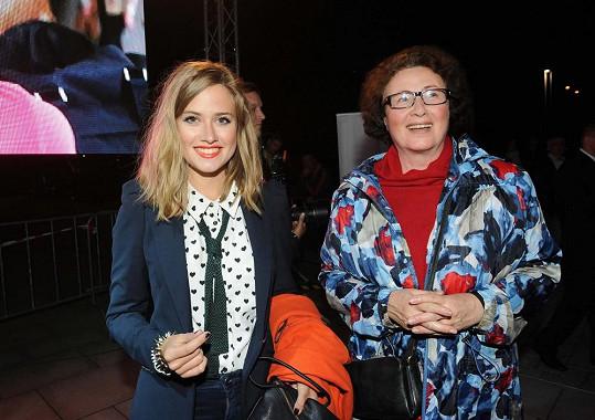 Emma Smetana s babičkou na přehlídce Beaty Rajské.