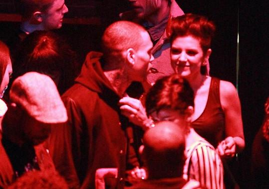 Chris Brown se v klubu vesele bavil se slečnami, jen ne s tou svou.