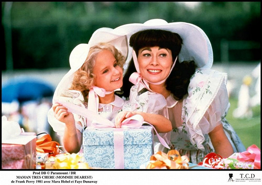Proceduru s ledem předvedla ve filmu Drahá maminko i Fay Dunaway coby Joan Crawford.