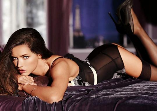 A takto vypadá Adriana Lima, když si ji do parády vezmou kadeřníci, vizážisté a Photoshop.