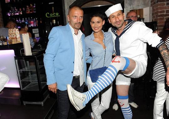 Uwa na své oslavě předepsal námořnický dress code. Vlaďka s Tomášem proto přišli oba v modrém.