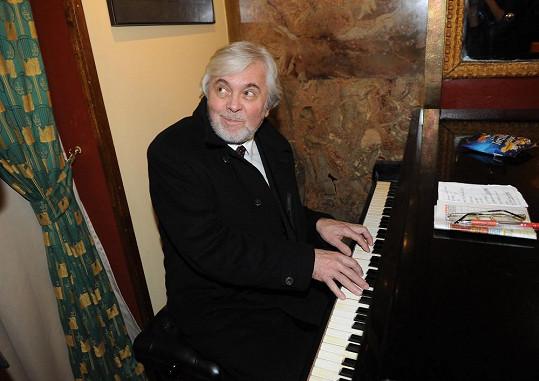 Abrhám si po premiéře zahrál na piano.