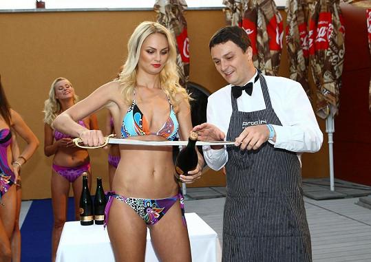 Tereza na show, kde se snažila šavlí urazit hrdlo láhve sektu.