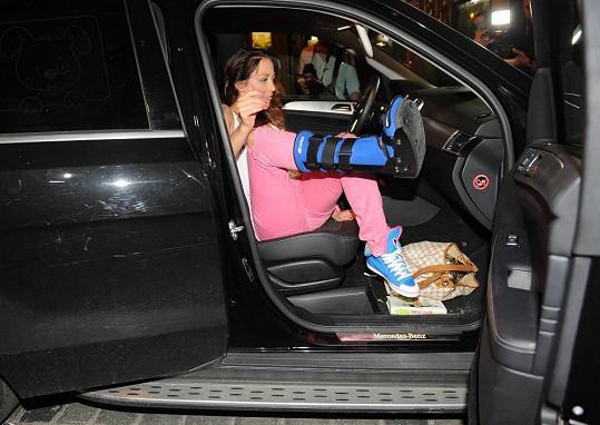 Agáta při vystupování z auta.