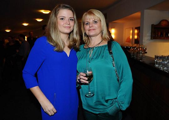 Manželka Michala Suchánka s dcerou Berenikou na premiéře muzikálu Večírek.