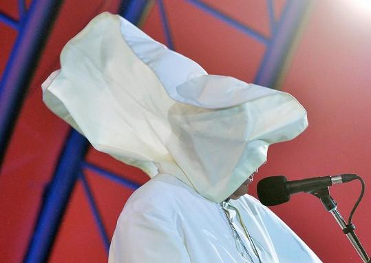 Papežův oděv má ale i své nedostatky. Takhle jej v létě potrápil vítr v Brazílii.