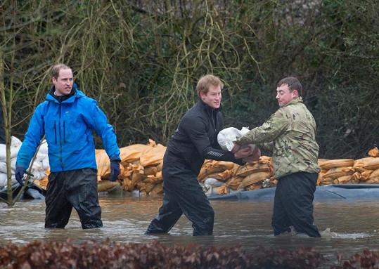 William s Harrym se snaží uchránit vesnici Datchet před povodněmi.