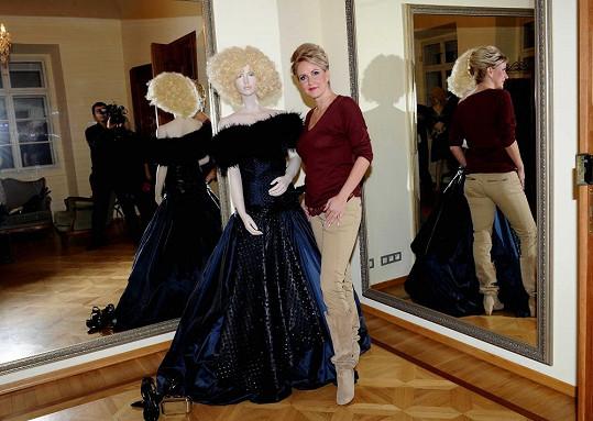 Vendula Svobodová si honosnou večerní róbu zapůjčila v salonu Jitky Klett.