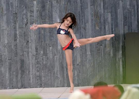 Suri u bazénu cvičila prvky z baletu.