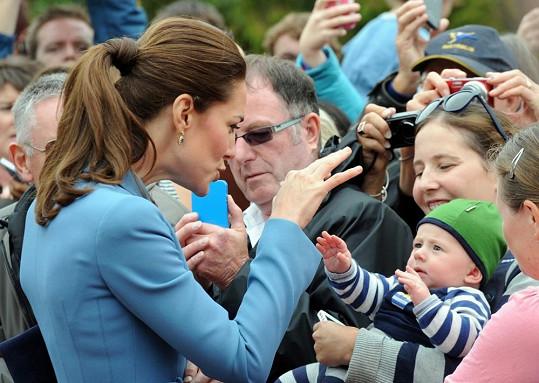 Kate si na náměstí hrála s miminkem.
