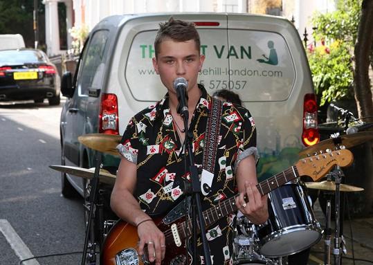Činorodý teenager se věnuje hudbě a hraje v kapele.