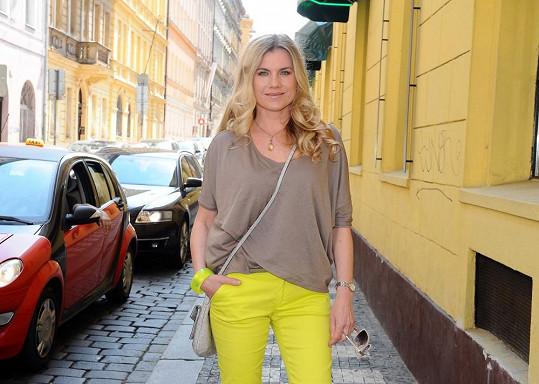Leona si může dovolit kalhoty, které jsou prioritně určeny pro teenagerky.