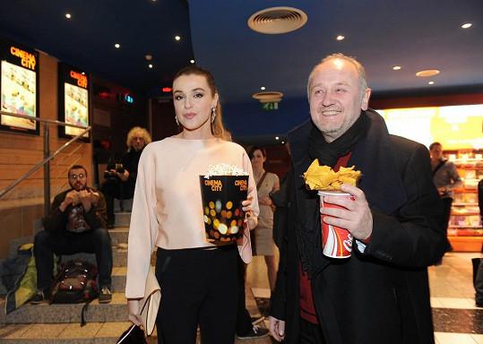S partnerem se do kina vybavili občerstvením.