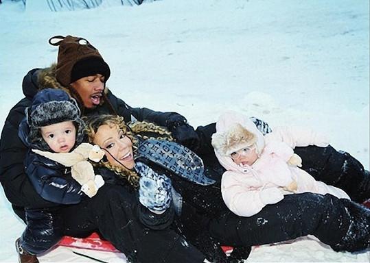 Zpěvačka, její muž a děti řádili ve sněhu.